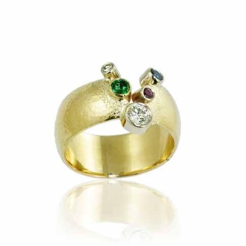 Złoty pierścionek z naturalnymi kamieniami
