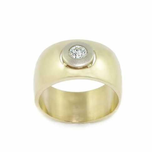 Duży złoty pierścionek z brylantem